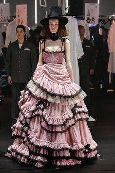Fashion Week Milan Fall/Winter 2020 look 15 from the Gucci collection womenswear Gucci Fashion, Runway Fashion, High Fashion, Fashion Show, Fashion Looks, Fashion Outfits, Fashion Design, Fashion Trends, Dress Fashion