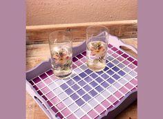 Que tal criar uma bandeja artesanal com mosaicos de vidro? É uma grande ideia para você aprimorar su
