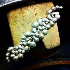 Bracciale in argento sbalzato, in lavorazione