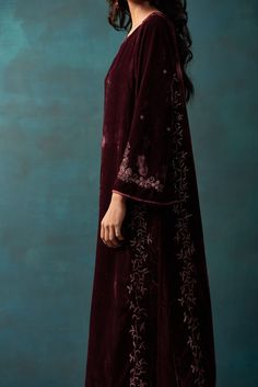 Velvet Suit Design, Velvet Dress Designs, Pakistani Dresses Casual, Kurta Designs Women, Stylish Clothes For Women, Velvet Fashion, Indian Wedding Outfits, Indian Couture, Indian Fashion