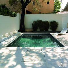 La simplicité d'une #piscinerectangulaire de 5 m x 3 m avec liner gris anthracite et filtration intégrée.