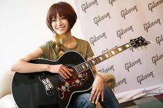 Eri Takenaka Stops by Gibson Tokyo Showroom