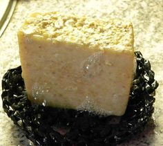 Karppaus ja perhe: Kaura-hunajamaitosaippuan resepti Diy Presents, Soap Making, Cheesecake, Pudding, Desserts, Chemistry, Food, Hair, Beauty