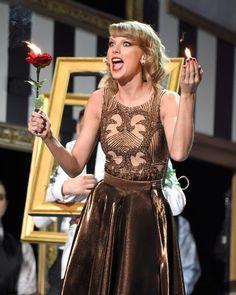 "Pin for Later: Taylor Swift's Auftritt bei den American Music Awards war etwas . . . beängstigend?! ""Zu spät!"""