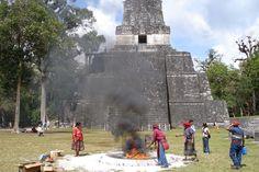Ceremonia maya en Tikal. Foto por Jens Rohark l Sólo lo mejor de Guatemala _ Mayan ceremony in Tikal. Foto por Jens Rohark l Only the best of Guatemala