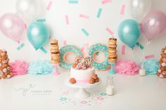 Simple Donut Cake Smash – Pink and Mint - Babyshower Pink Cake Ideen 1st Birthday Photoshoot, 2nd Birthday Party Themes, 1st Birthday Pictures, Donut Birthday Parties, Gold Birthday Cake, Donut Party, Birthday Cake Smash, Birthday Ideas, Pink Und Gold