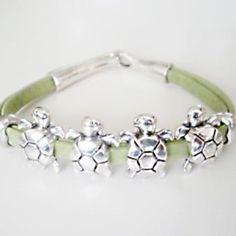 pulserita verde con tortugas  de bababbux.com ¡ideal!