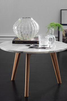 Pöytä, jossa marmorinen pöytälevy ja kolme tammipuista jalkaa. K 32 cm, halk. 50 cm. Toimitetaan osina.<br><br>Marmorin hoito<br>Kiven perussuojaksi suositellaan marmorikiillotetta, jota voi ostaa hyvin varustetuista rautakaupoista. Sivele ohut kerros kiillotetta pöydän pintaan. Anna kuivua muutaman minuutin. Kiillota kuivalla liinalla. Käsittely tulee toistaa kerran vuodessa. Marmori on huokoinen kivilaji, jonka vuoksi värjäävien aineiden pääsyä kivipinnalle tulee välttää (esim. hapot…