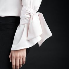 Because sometimes a flared sleeve isn't enough. Tie in some extra detail. Sleeves Designs For Dresses, Sleeve Designs, Design Textile, Fashion Details, Fashion Design, Fashion Trends, White Shirts, Refashion, Fashion Dresses