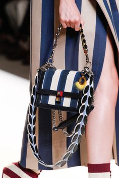 Neuen : Fendi Frühjahr 2017 Ready-to-Wear Kollektion Fotos - Vogue, Luxury Bags, Luxury Handbags, Women's Handbags, Designer Handbags, Look Fashion, Fashion Bags, Fashion Details, Fashion Outfits, My Bags