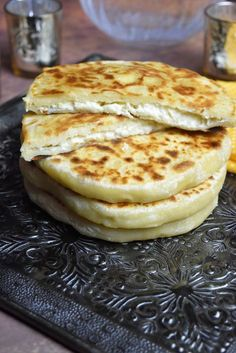 Pain au fromage à la poêle, Khachapuri galette farcie Gebratenes Käsebrot,. Cheese Fries, Cheese Bread, Fried Cheese, Queso Frito, Italian Snacks, Italian Foods, Snack Recipes, Cooking Recipes, Italian Pastries
