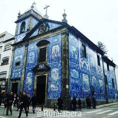Capela das Almas . La Capilla de las Almas es una de las iglesias más especiales de Oporto  .  Inconfundible por su llamativa fachada de azulejos blancos y azules es una de las favoritas de los habitantes de esa ciudad  . Sin duda será una de nuestras visitas durante la Ruta Lanera de Oporto de finales de septiembre  . Ya somos 7 #ruteras calentando motores!!! Y tú te vienes a Porto?  . . #turismolanero #yarntourism #tiendatesoro #rutalanera #RLoporto #loquitasdelaslanas