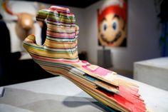 Escultura feita de shapes de skate quebrados