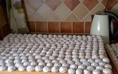 Babička mého manžela peče tyto mini koláčky na různé slavnosti, na svatby a i když se u nás na vesnici všichni sejdeme – třeba teď naposled je dělala na májce. Tyto mini koláčky se hodí opravdu pro každou příležitost! Pro přípravu cca 160-170 kusů potřebujeme: 1 kg hladké mouky 4 žloutky 500 ml mléka 150 …