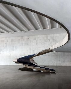 You can find this iconic sculptural staircase, designed by the Brazilian architect Oscar Niemeyer, at the Itamaraty Palace, the… Oscar Niemeyer, Design Thinking, O Design, House Design, Design Ideas, Unique Furniture, Furniture Design, Decor Interior Design, Interior Decorating