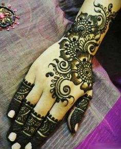 Simple Mehendi designs to kick start the ceremonial fun. If complex & elaborate henna patterns are a bit too much for you, then check out these simple Mehendi designs. Pakistani Mehndi Designs, Eid Mehndi Designs, Best Arabic Mehndi Designs, Beautiful Henna Designs, Mehndi Design Images, Latest Mehndi Designs, Simple Mehndi Designs, Mehndi Designs For Hands, Indian Mehendi