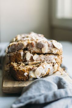 Almond Banana Bread | This recipe uses almond extract and sliced almonds to add a subtle almond flavor to traditional banana bread--you gotta try it! | thealmondeater.com