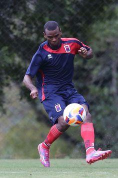Regularizado, lateral Fernandes se junta a trintões no Paraná Clube #globoesporte