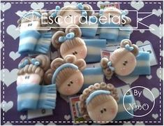 NomeOlvides Souvenirs: Escarapelas en porcelana fría Cold Porcelain, Polymer Clay, Diy And Crafts, Place Card Holders, Christmas Ornaments, Holiday Decor, Cute, Biscuits, School