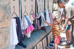 Fazer o bem sem olhar a quem, doando roupas a quem precisa. Essa é a proposta do The Street Store, uma iniciativa internacional que também está conquistando o coração dos brasileiros. A ideia surgiu em janeiro de 2014, na Cidade do Cabo, na África do Sul, como uma loja de rua sem fins lucrativos.