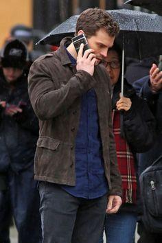 Jamie Dornan - gravando 50 Tons Mais Escuros, com um celular de última geração, bem ao estilo de Christian Grey.