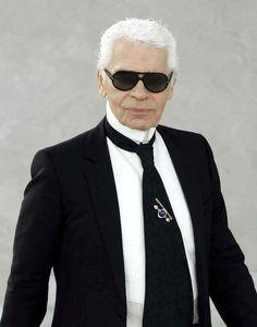 Karl Lagerfeld, designer, artista e fotógrafo nascido na Alemanha e criado em Paris. Está na direção criativa da Chanel desde 1983.