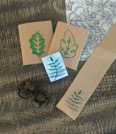 #Set #cartoleria con mini #quaderni e #timbro. Piccoli #quadernini #botanici e #timbrino inciso a mano con #foglie. Kit regalo per chi ama i #boschi. #woodland #stationary kit with #leaves #notebooks and #branch #hamdcarved #stamp http://etsy.me/2Fqcuys