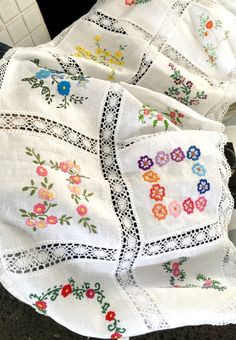Pillow Embroidery, Embroidery Stitches Tutorial, Couture Embroidery, Embroidery Patterns Free, Vintage Embroidery, Hand Embroidery, Embroidery Designs, Embroidery On Clothes, Quilting Room