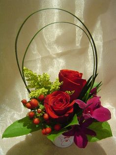 A flower arrangement called Mindful. A flower arrangement called Mindful. Creative Flower Arrangements, Modern Floral Arrangements, Rose Arrangements, Beautiful Flower Arrangements, Floral Centerpieces, Ikebana, Flower Show, Flower Art, Small Flowers