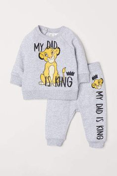Sweatshirt and Joggers - Lt. gray melange/The Lion King - Kids Baby Boy Clothing Sets, Newborn Boy Clothes, Cute Baby Clothes, Disney Baby Clothes Boy, Baby Boy Fashion, Toddler Fashion, Lion King Baby, Lion King Nursery, King Outfit