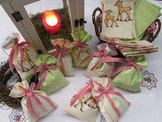 Adventskalender Rehe & Pünktchen in vanille & grün von Barosa auf DaWanda.com Einmal anders für die kleinen Mäuse - Adventskalender in vanillefarben und rot, kombiniert mit lindgrünem Pünktchenstoff.