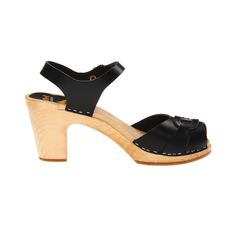 There are two types of shoe shoppers: those driven by style and those driven by comfort. In the case of Sarah Jessica Parker, these worlds collide, sometimes controversially, as in the case of her latest choice in footwear. The style star's recent… Clog Sandals, Black Sandals, Shoes Sandals, Heels, Swedish Clogs, Swedish Hasbeens, Wooden Sandals, Ugly Shoes, Sarah Jessica Parker
