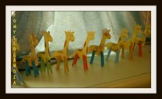 Żyrafa : Dzieciaki lubią zwierzaki:) z takiego założenia wychodzimy i wiele im o nich opowiadamy. Nasze maluchy oczywiście poza ciekawostkami o zwierzakach lubią naśladować je i z chęcią wykonują prace z których może powstać ciekawy zwierz. dzisiaj jest nim: ŻYRAFA Materiały: sylweta żyrafy, farby, kredki, spinacze do bielizny. Na bloku technicznym szkicujemy żyrafy ( bez nóg), a następnie je wycinamy. Ołówkiem rysujemy łaty. Malujemy farbami. Kiedy żyrafy wyschną...