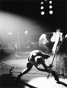 """Em 13 de julho de 1985, Bob Geldof organizava o """"Live Aid"""" , um show simultâneo em Londres e na Filadélfia, com o objetivo principal de abr..."""