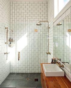 Nesse banheiro, o subway tile ganhou um misto de paginação vertical e horizontal. Detalhe dos metais cobre. #inspiração #decor #subwaytile #designinteriores #banheiro