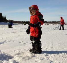 Un+jeune+pêcheur+sur+glace+à+Pello+en+Laponie,+Finlande.