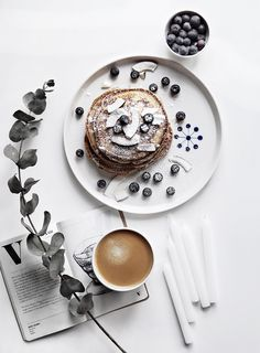 Birthday Pancakes and the best recipe Only Deco Love: Geburtstagspfannkuchen und das beste Rezept Food Styling, Food Photography Styling, Breakfast Photography, Flat Lay Styling, Funny Photography, Photography Tools, Photography Backdrops, Fashion Photography, Birthday Pancakes