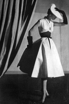 clover-vintage: Vogue US 1951 Moda Vintage, Vintage Vogue, Vintage Glamour, Fifties Fashion, Retro Fashion, Vintage Dresses, Vintage Outfits, Idda Van Munster, Image Deco