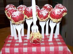 Cloudy with a Chance of Meatballs: Spaghetti & Meatball Cake Pops Creative Cakes, Creative Food, Cakepops, Italian Party Decorations, Italian Centerpieces, Cake Pop Decorating, Pizza Cake, Spaghetti Dinner, Cookie Pops