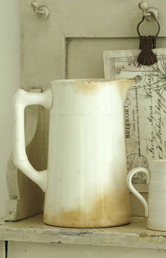 White pitcher with patina! White Dishes, White Pitchers, Vintage Accessoires, Photo Deco, Vintage Roses, Shabby Vintage, Stoneware, Tea Pots, Shabby Chic