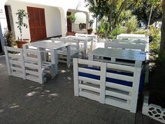 See how the restaurant owner has filled the outdoor of the restaurant with the furniture made up of repurposed wood pallets. There is nothing which is weird or making it look like it is not created by an expert. The pallets are smooth and the use of sander makes them smoother from the edges.