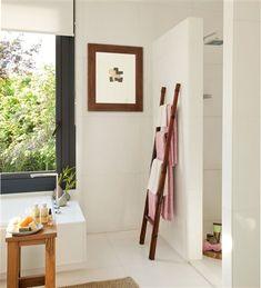 Baño con ducha y bañera y detalle toallero escalera de madera