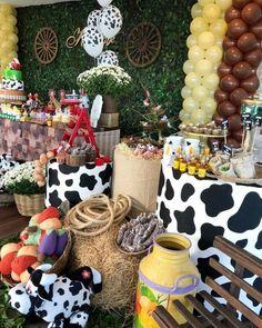 Cowboy Theme Party, Cowboy Birthday Party, Farm Animal Birthday, Farm Birthday, Farm Party Decorations, Birthday Centerpieces, Toy Story Party, Farm Theme, Princess Sofia