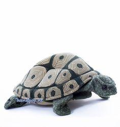 Deze 30 cm grote landschildpad handpop van Folkmanis is echt een aanrader wanneer u op zoek bent naar een levensechte schildpad