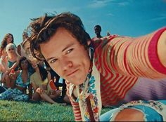 NEW// Harry behind the scenes for Watermelon Sugar MV. Seoul, Anime Shop, Harry Styles Pictures, Harry Styles Selfie, Pose, Harry Styles Wallpaper, Mr Style, Family Show, Treat People With Kindness