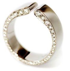 Lilja-sormusta on valmistettu jo lähes kymmenen vuoden ajan, se on selkeälinjainen modernin muotoilun helmi. Lilja-sormuksen on suunnitellut Anu Kaartinen Au3 Kultasepistä.