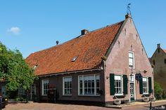 Boerderij wordt winkel (met leuk bankje aan de gevel) Dorpsstraat, Bunschoten-Spakenburg