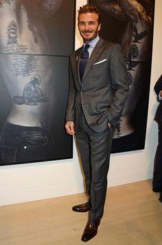 『FORZA STYLE』では、シンプル&ベーシックな装い方をしているセレブをピックアップし、その着こなしやアイテムをご紹介。今回は、グレースーツの着こなし方です。LESSON 79 デヴィッド・ベ…