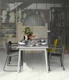 mesa y sillas y lámpara de Muuto