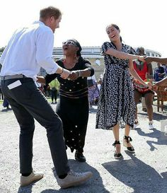 Sussex Royal Tour Day One: Meghan Markle in Mayamiko in Cape Town Princess Meghan, Prince And Princess, Prince Harry And Megan, Harry And Meghan, Size 12 Fashion, Womens Fashion, Meghan Markle Stil, Kind Und Kegel, Prinz Harry